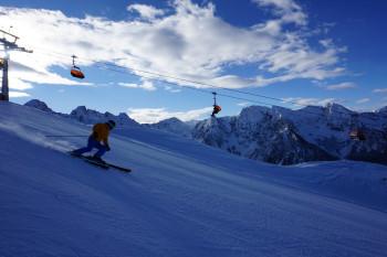 Die Schwünge vom höchsten Punkt der 4-Berge-Skischaukel (2015m) zur Gipfelbahn genießen