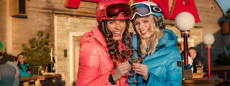 Bevor der Skitag mit Apres Ski ausgeklungen wird, noch die letzten Sonnenstrahlen auf der großen Dachterrasse der AlmArenA genießen.