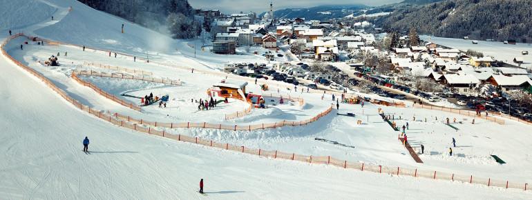 Das komplette Skischulgelände gleich im Tal