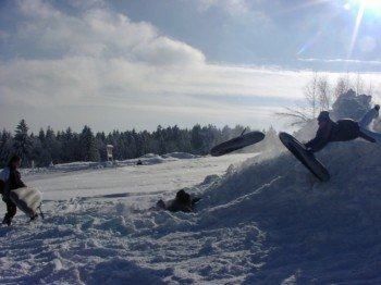 Neben dem Skifahren kann man am Geiersberg auch Airboarden