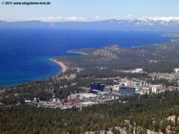 Schön zu erkennen ist die Staatsgrenze, die direkt durch South Lake Tahoe läuft. Auf kalifornischer Seite gibt es viele gemütlich Bars und Restaurants, während in Nevada große Casinos das Ortsbild prä