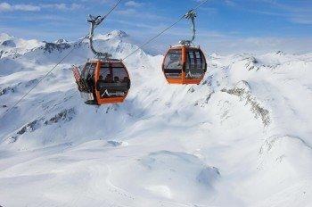 In der Großglockner Panoramabahn erhält man einen traumhaften Ausblick in die verschneite Berglandschaft.