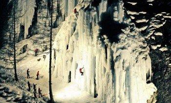 Eiskelttern am gefrorenen Wasserfall ist ein ganz besonderes Erlebnis für Kletterfreunde.