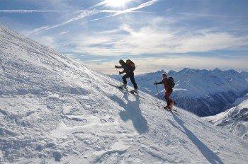 Steil hinauf mühen sich Skitourengeher - sie werden mit einer wunderbaren Aussicht belohnt!