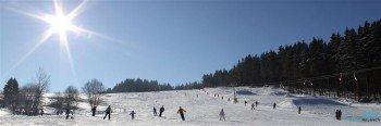 In Heubach stehen Wintersportlern blau, rot und schwarz markierte Pisten zur Verfügung