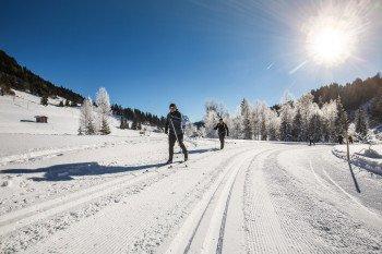 Die Landschaft des Saalachtals lässt sich wunderbar mit Langlaufskiern erkunden.