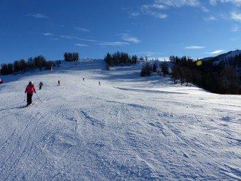 Auf den breiten Pisten kommen sich die Skifahrer nicht so schnell in die Quere