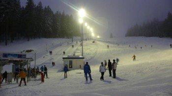Jeden Mittwoch und Freitag können Skifahrer auch nach Einbruch der Dunkelheit die Pisten runterflitzen.