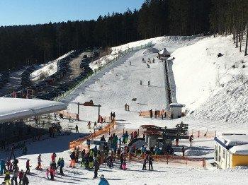 Direkt an der Skiarena Hochficht, wo man sich mit einer großen Auswahl an Essen und Getränken stärken kann, liegen der Fichtl Kids Park und die Holzschlaglifte.
