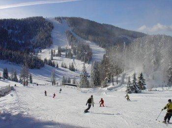 Der Großteil der Pisten im Skigebiet Hochrindl ist rot markiert.
