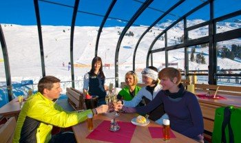 Im Zeigerrestaurant fühlt man sich Dank des Panoramadachs wie unter freien Himmel.