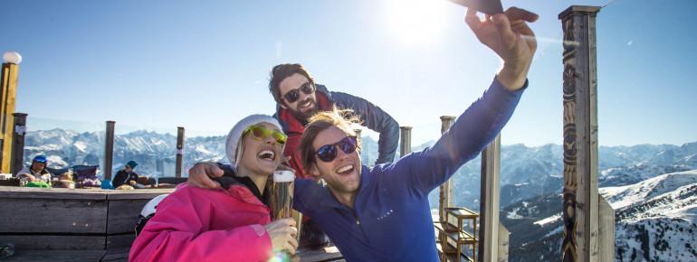 Nach dem Skifahren gönnt man sich eine kühle Erfrischung.