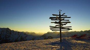 Eines der Wahrzeichen von Ischgl: Der Entfernungsanzeiger aus Skispitzen am Pardorama Restaurant