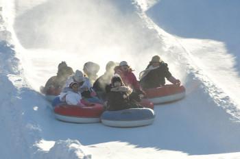 Snowtubing ist ein großer Spaß im Skigebiet.