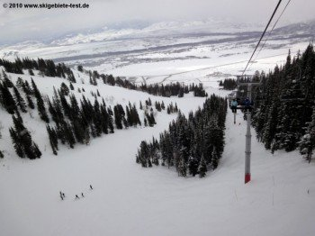 Blick vom Thunder Quad Chair Sessellift hinunter ins Tal!