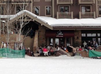 Gehobenes und ruhiges Après-Ski: Das Peak Restaurant an der Talstation der Bridger Gondola!