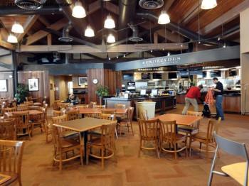 Rustikal und geschmackvoll eingerichtet: Das Rendezvous im Gebäude der Bridger Restaurants an der Bergstation der gleichnamigen Gondelbahn!