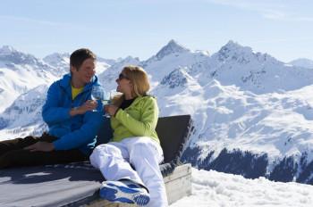 Nach dem Skifahren kannst du auf der Sonnenterrasse des Bergrestaurants entspannen.