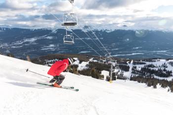 Sieben Lifte gibt es im Skigebiet, darunter sechs Sessellifte.