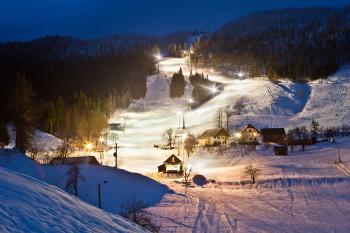 Bei Nachtskifahren werden die Pisten Javornik Spodaj und Lome beleuchtet.