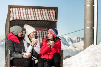 Auf der Sonnenterrasse des Restaurants Halbzeit warten Liegestühle und Strandkörbe auf die Wintersportler.