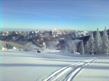 Schneeschuh-Trails führen durch die winterliche Landschaft.