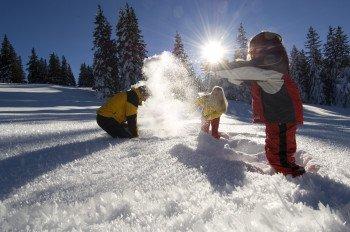 Auf Winterwanderungen kannst du die verschneite Landschaft genießen.
