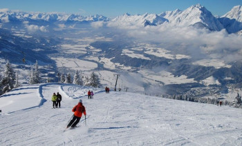 Skifahrer genießen das Panorama am Kellerjoch.