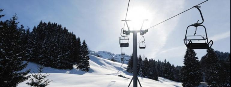 Ein Sessellift bringt die Wintersportler hoch auf den Berg.