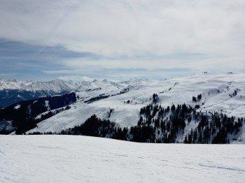 Skifahren vor beeindruckender Bergkulisse - Ausblick von der Bergstation Trattenbach