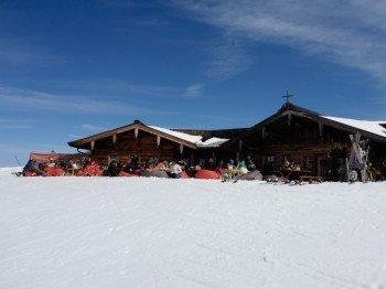 Die Bärenbadalm bietet ein schönes Panorama zum Zweitausender