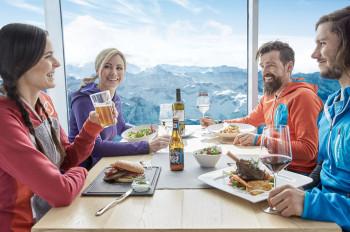 Genieße den Ausblick vom Gipfelrestaurant.