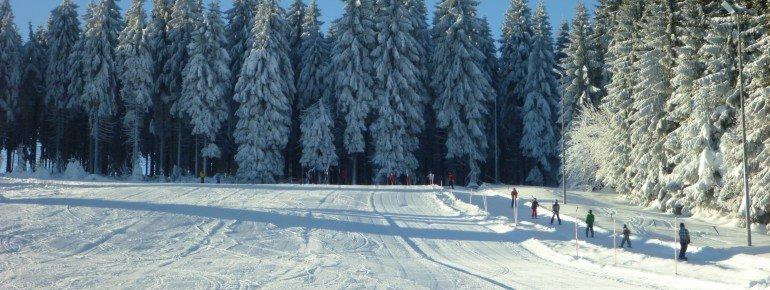 Der Skihang Mühlleiten ist blau markiert und eignet sich so besonders für Skianfänger