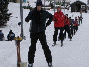 Ein Schlepplift sorgt im Skigebiet für die Beförderung der Gäste.
