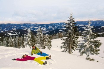 Die Winterwege bieten Gelegenheiten, im unberührten Schnee herum zu tollen.
