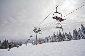 Zwei 4er-Sessellifte, der Pungart- und Kativniklift, sorgen für einen komfortablen und schnellen Transport der Gäste. Während der Fahrt kann man die anderen Wintersportler auf der Piste beobachten.