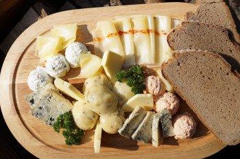 Auf den Hütten in Kärnten werden Wintersportler mit regionalen Köstlichkeiten wie der Kärntner Käseplatte verwöhnt.