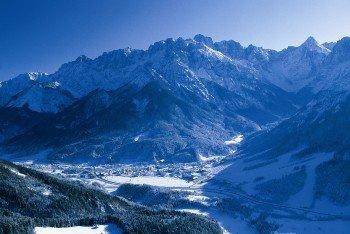 Der Blick auf das winterliche Kranjska Gora umgeben von den slowenischen Alpen.