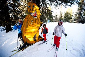 Im Dino-Wald treffen Kinder auf riesige Saurierfiguren.