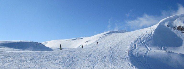 Oberer Teil der kurzen blauen Abfahrt von der Bergstation zum Sesselift!