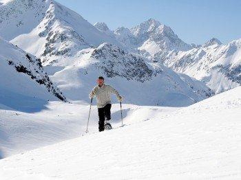 Wenn man abseits der präparierten Winterwege unterwegs sein möchte bieten sich Schneeschuhe als ideales Fortbewegungsmittel an.