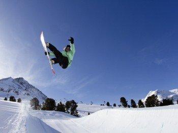 Der K-Park zieht mit seinen Obstacles alle Freestyler, sowohl auf dem Snowboard als auch auf den Skiern, an.