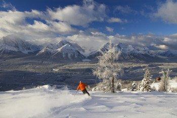 Der einzigartige Blick auf die Rocky Mountains verzaubert jeden Skifahrer.
