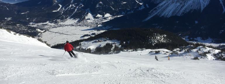 Breite Abfahrten mit traumhaftem Blick auf das Zugspitzmassiv erwarten Wintersportler am Grubigstein.