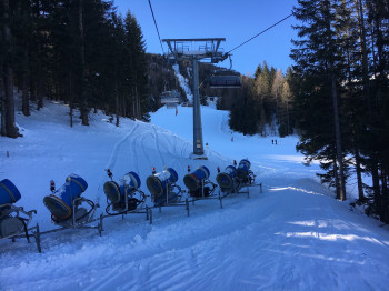 Über 100 Schneekanonen gibt es im Skigebiet. Viele von ihnen sind mobil und können an unterschiedlichen Stellen zum Einsatz kommen.