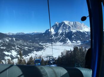 Bereits bei der Gondelfahrt ins Skigebiet kann man den tollen Blick aufs Zugspitzmassiv genießen.
