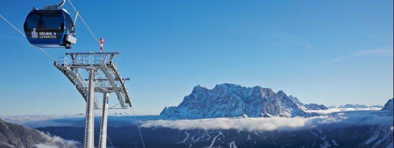 Die Grubigbahn II bringt die Wintersportler an den Fuße des Grubigsteins. Hier sieht man eine der Gondeln und die Zugspitze im Hintergrund.