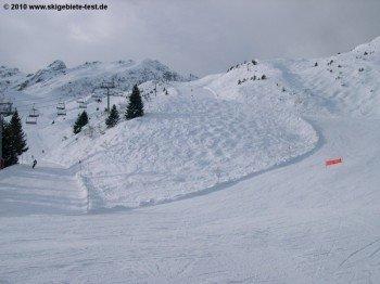 Sehr schön: Bei ausreichender Schneelage findet man Naturbuckelpisten neben den Abfahrten!