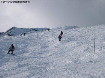 Blick auf die anspruchsvollste Piste im Skigebiet: Permanente Buckelpiste Plan du Pra!