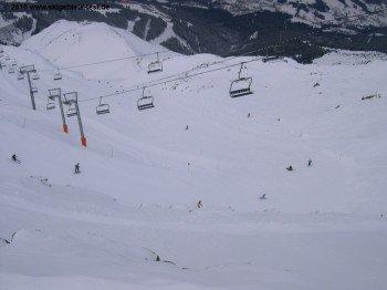 In den höher gelegenen Regionen finden sich einige steile Abgründe: Nur im Skifahren geübte Kinder sollten hier fahren!